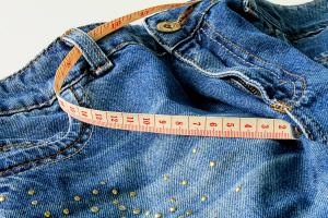 Sfeerfoto spijkerbroek met meetlint